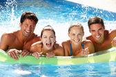группа друзей, веселятся в бассейне — Стоковое фото