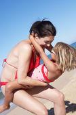 Madre e hija se divierten en la playa — Foto de Stock