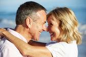 Senior par disfrutar de vacaciones en la playa romántica — Foto de Stock