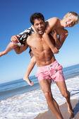 Vader en zoon plezier op strand — Stockfoto