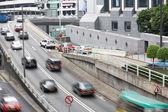 Verkehr entlang der stark befahrenen straße in hongkong — Stockfoto