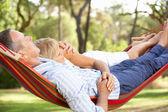 Couple de personnes âgées se détendre dans le hamac — Photo