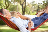 Sênior casal relaxando na rede — Foto Stock