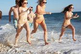 Skupina dospívajících přátel těší plážové dovolené společně — Stock fotografie
