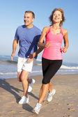 пожилые супружеские пары, осуществляя на пляже — Стоковое фото