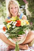 çiçek grup ile üst düzey kadın — Stok fotoğraf