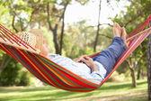 Senior hombre relajante en hamaca — Foto de Stock
