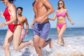 Grupo de amigos para desfrutar de férias na praia — Foto Stock