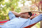 человек, расслабиться в гамаке — Стоковое фото