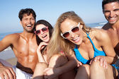Groupe d'amis, profiter des vacances à la plage — Photo