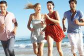 Gruppe von freunden genießen strandurlaub — Stockfoto