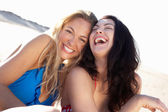 Dos mujeres disfrutando de vacaciones en la playa — Foto de Stock