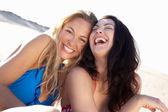 Duas mulheres desfruta de férias na praia — Foto Stock