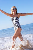 Senior frau genießen strandurlaub — Stockfoto
