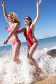 Dvě ženy těší plážové dovolené — Stock fotografie
