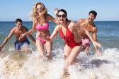 Skupina přátel se těší plážové dovolené — Stock fotografie