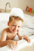 Chlapec hraje v lázni — Stock fotografie