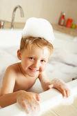 Garoto brincando na banheira — Foto Stock