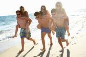 Grupo de amigos adolescentes disfrutar juntos de vacaciones en la playa — Foto de Stock