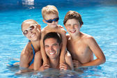 スイミング プールで楽しんでいる家族 — ストック写真