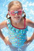 Portret van meisje in zwembad — Stockfoto
