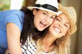 Duas mulheres sentadas lá fora de casa — Foto Stock