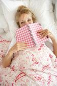 Senior donna rilassante nel letto diario di lettura — Foto Stock