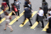 Bovenaanzicht van pendelaars overschrijding van drukke hong kong straat — Stockfoto