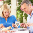 Senior Couple Enjoying Meal outdoorss — Foto Stock