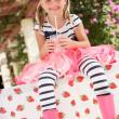 jong meisje dragen van roze wellington laarzen drinken milkshake — Stockfoto