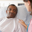 Nurse Talking To Senior Male Patient On Ward — Stock fotografie