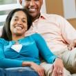 portret para siedzi na kanapie razem — Zdjęcie stockowe