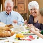 孫娘の祖父母と感謝祭を祝う — ストック写真