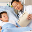 Doctor Visiting Child Patient On Ward — Foto Stock