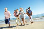 Multi generace rodiny požívající dovolenou na pláži — Stock fotografie