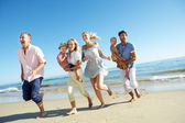 多代家庭享受海滩度假 — 图库照片