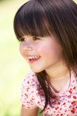 Venkovní portrét smějící se dívka — Stock fotografie