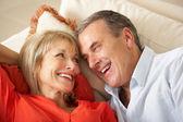 Couple de personnes âgées reposant sur le sofa à la maison — Photo