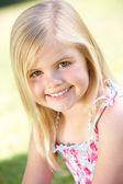 Outdoor portret van lachende jong meisje — Stockfoto