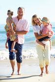 Far-och morföräldrar och barnbarn njuta av strandsemester — Stockfoto
