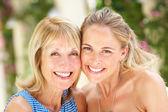 Portret van moeder en volwassen dochter — Stockfoto
