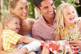 Familie zittend op de bank samen — Stockfoto
