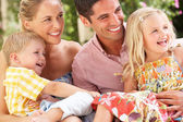 Rodina seděli na pohovce — Stock fotografie