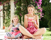 Madre e figlia, godendo i cereali per la colazione all'aperto insieme — Foto Stock