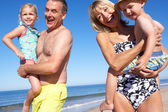 Avós e netos desfruta de férias na praia — Foto Stock