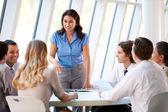 бизнес, имея заседание правления в современном офисе — Стоковое фото