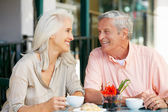 Donna senior godendo snack al caffè all'aperto — Foto Stock
