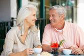 Mujer mayor disfrutando de aperitivo en la cafetería al aire libre — Foto de Stock