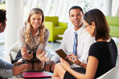 Podnikatelé s digitálním tabletu s setkání v kanceláři — Stock fotografie