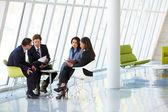 Podnikatelé mají schůzku v moderní kancelářské — Stock fotografie